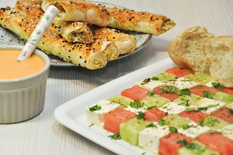 Melonensalat mit Gurke und Feta und dazu knuspriges Börek
