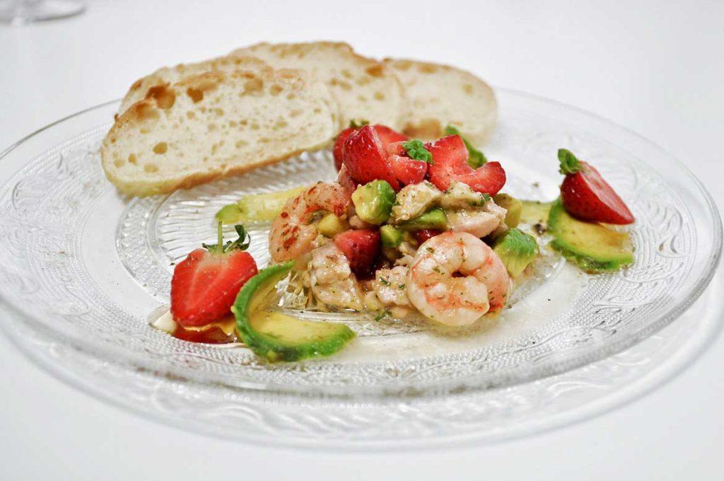 Ceviche – marinierter Fischsalat mit Avocado, Erdbeeren und Garnelen