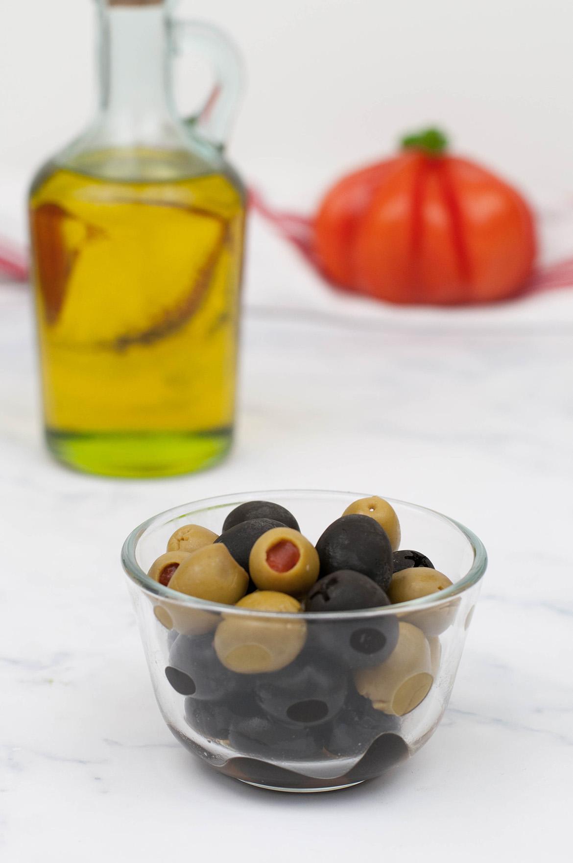 Oliven für Tomaten-Mozzarella-Salat mit Gremolata