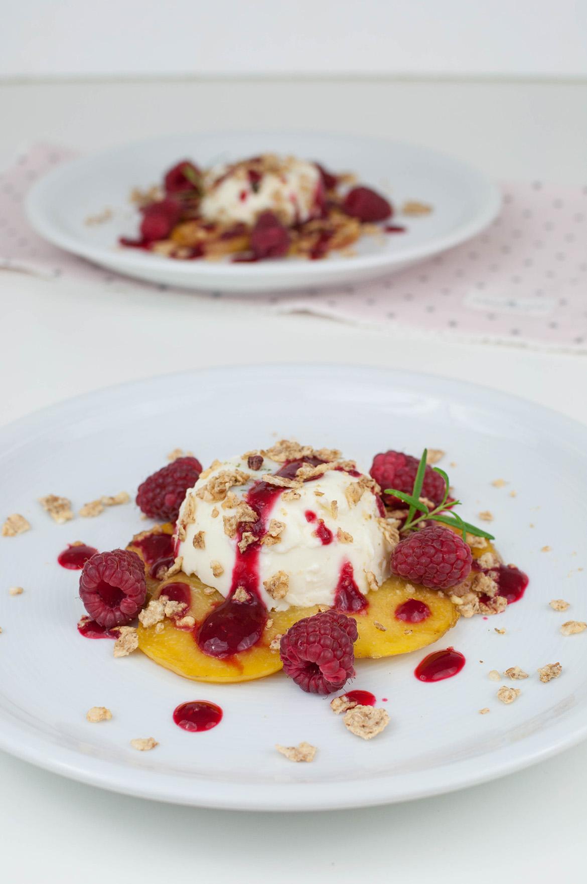 Rosmarin Panna cotta mit gebratenen Pfirsichen und Himbeeren
