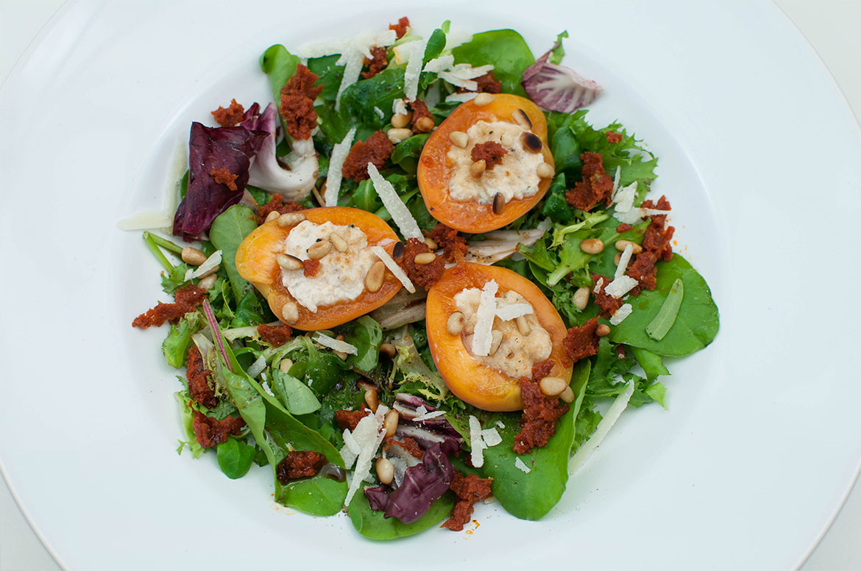 Gefüllte Ricotta-Aprikosen mit Tomatenpesto
