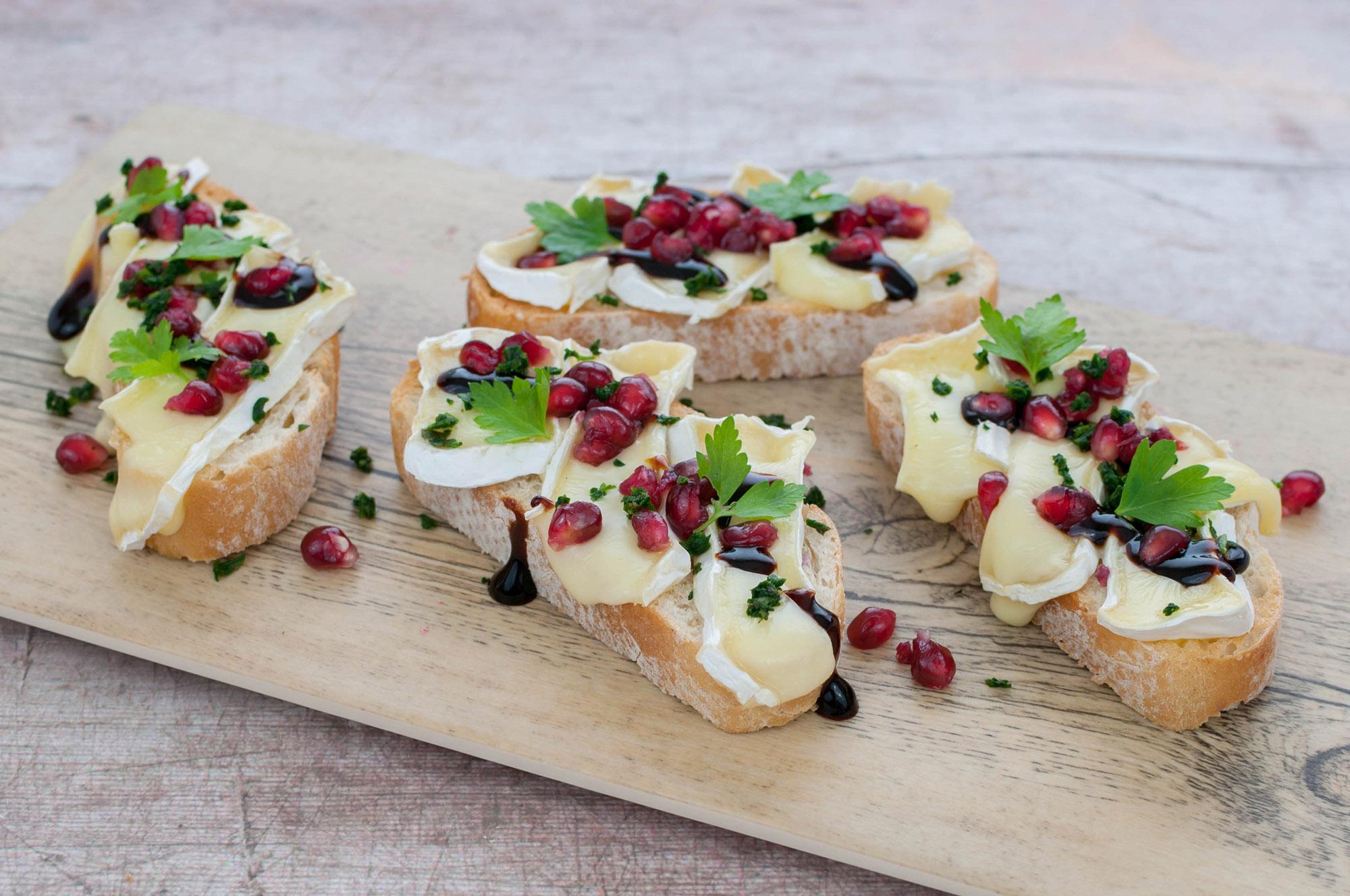 Granatapfel-Camembert-Crostini