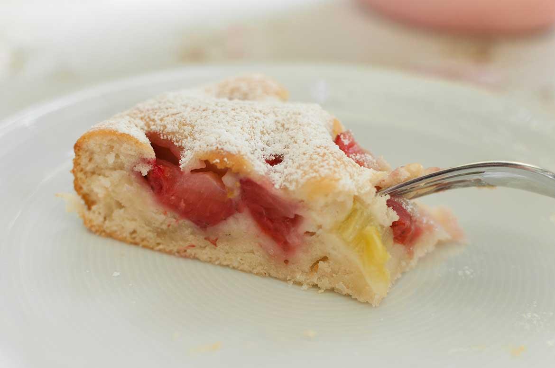 Ein Stück Erdbeer-Rhabarber-Kuchen