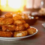 Frittierte Zwiebelringe mit Guacamolefüllung