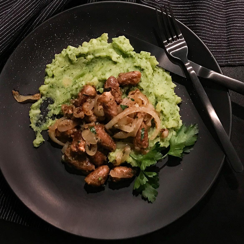 Pikant gebratene Hähnchenherzen mit Kartoffel-Brokkoli-Stampf