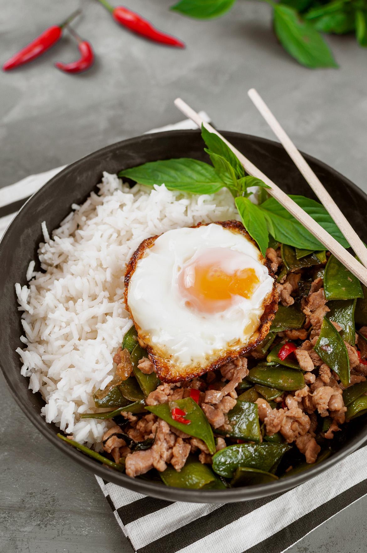 Moo Pad Kra Pao - Scharfes Schweinefleisch mit Thai-Basilikum und Zuckerschoten