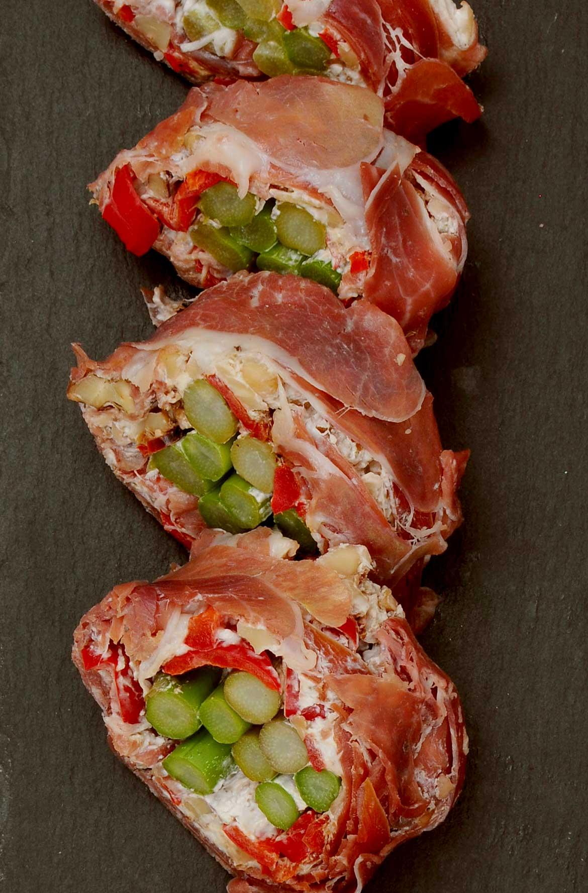 Schinken-Sushi mit Spargel, Walnüssen und Ziegenfrischkäse