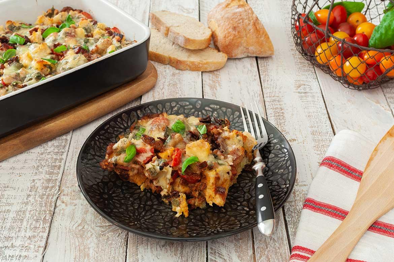 Eine Portion Ciabatta-Auflauf mit Salsiccia auf einem Teller