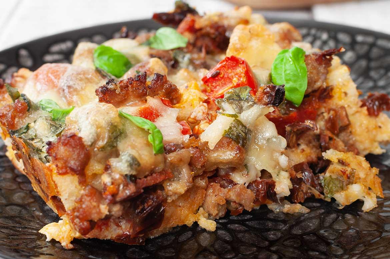 Nahaufnahme einer Portion Ciabatta-Auflauf mit Salsiccia