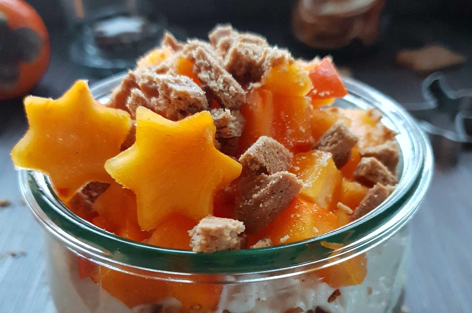Weihnachtlicher Frühstückskuchen mit Apfel und Kaki