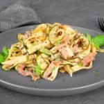 Linguine mit Räucherlachs, Zucchini und Möhren