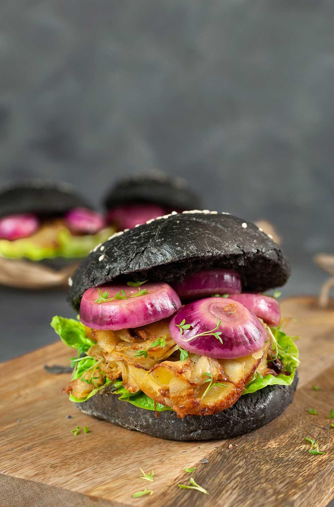Vegetarischer Black Burger mit roten Zwiebeln