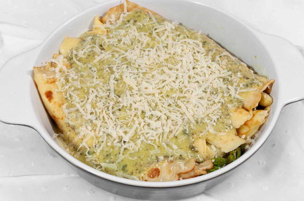 Spargel im Pfannkuchen-Mantel mit Kräuter-Hollandaise und Parmesan