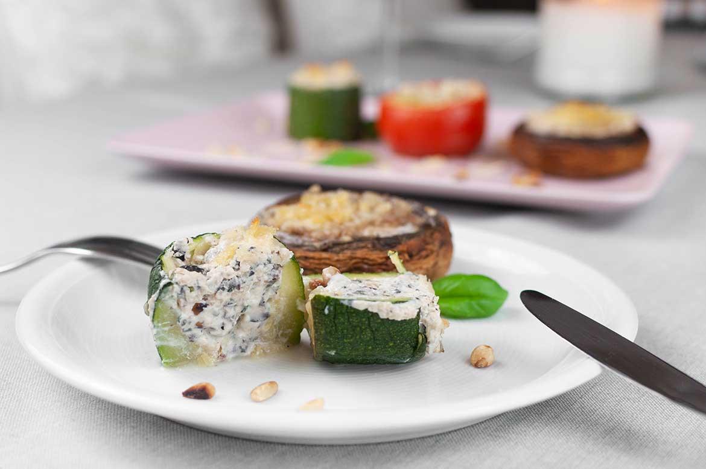 Gratiniertes Gemüse mit angeschnittener Zucchini