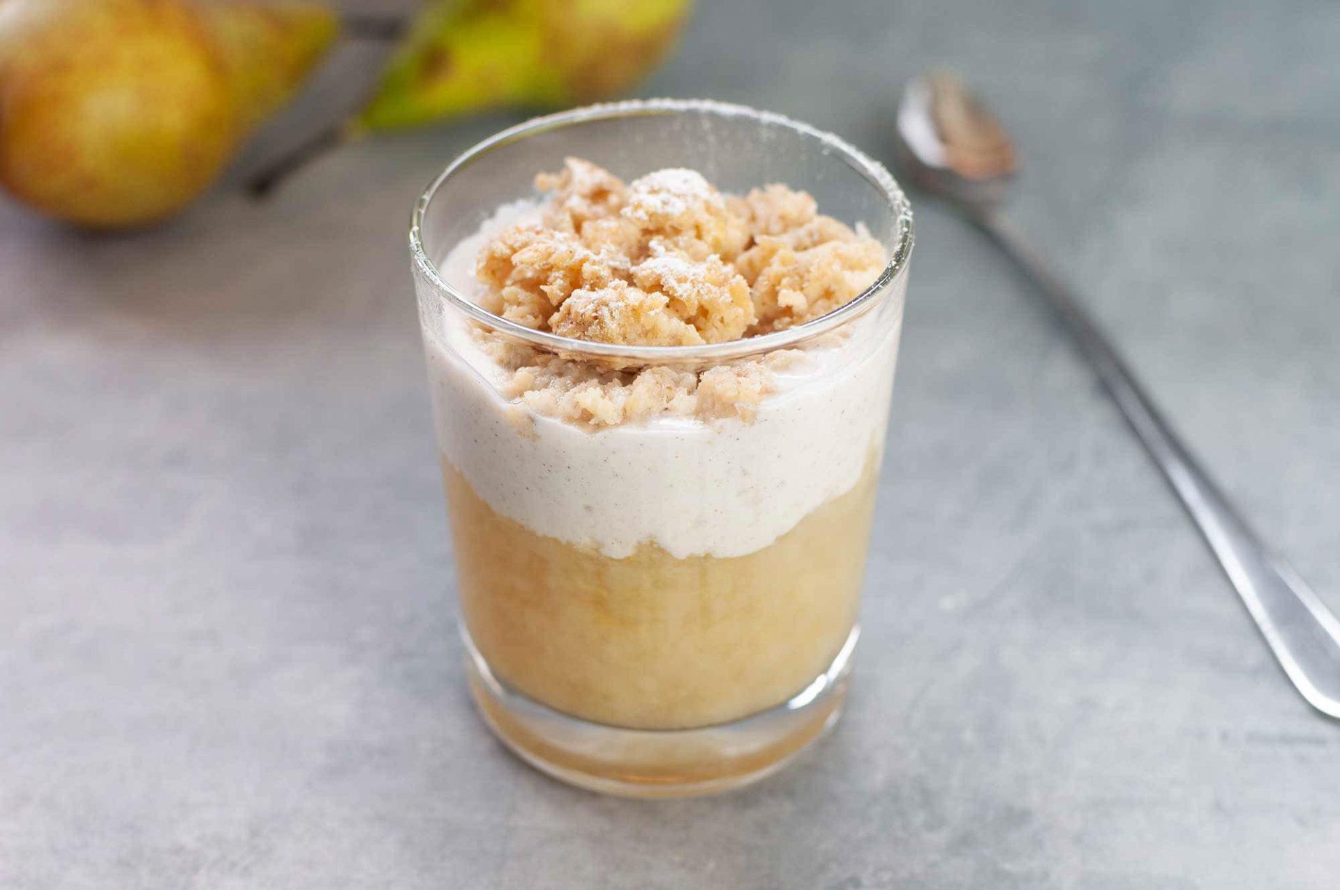 Birnenkompott mit Zitronenjoghurt und Apfel-Bananen-Muffin-Streusel