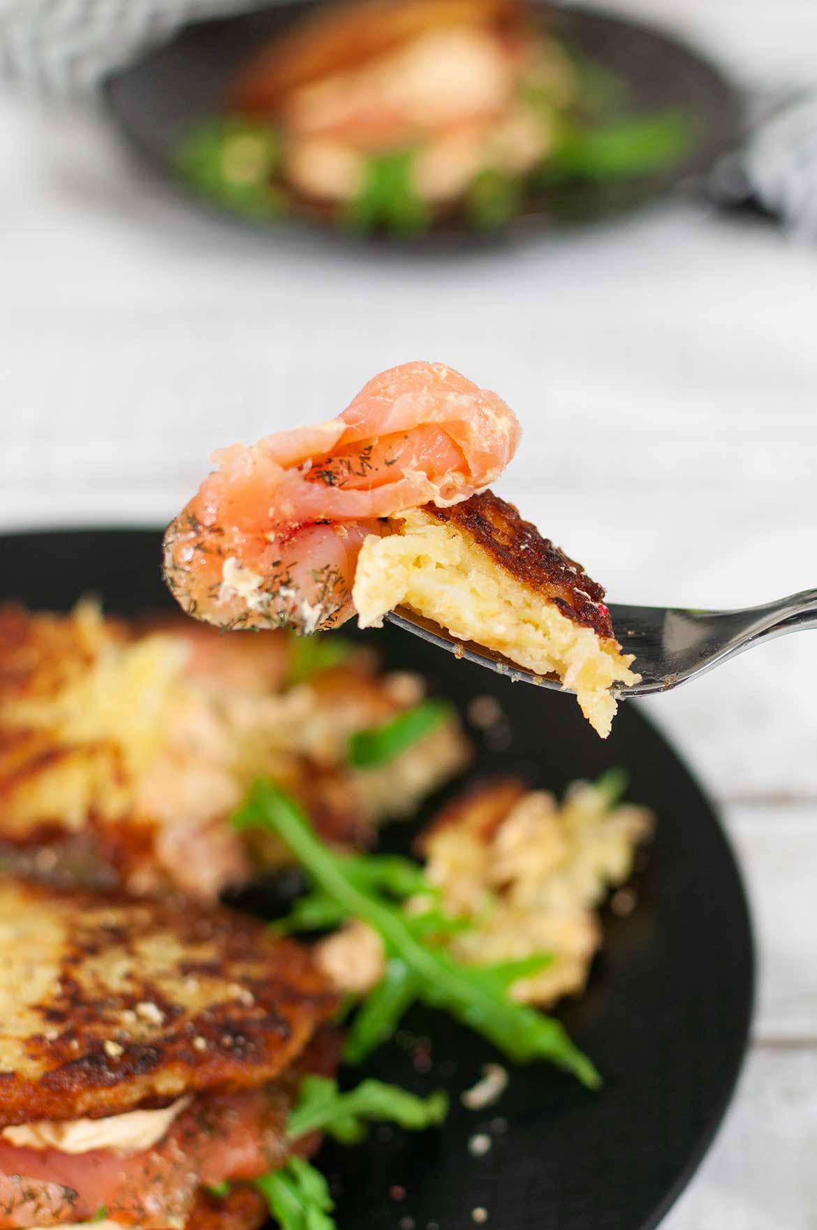 Rösti-Burger mit Lachs, Rucola und Paprika-Frischkäse