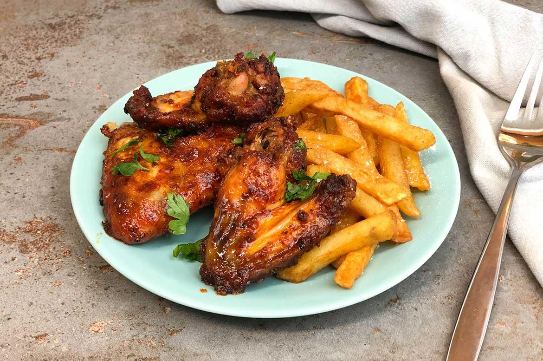 Hähnchen-Flügel mit Pommes frites